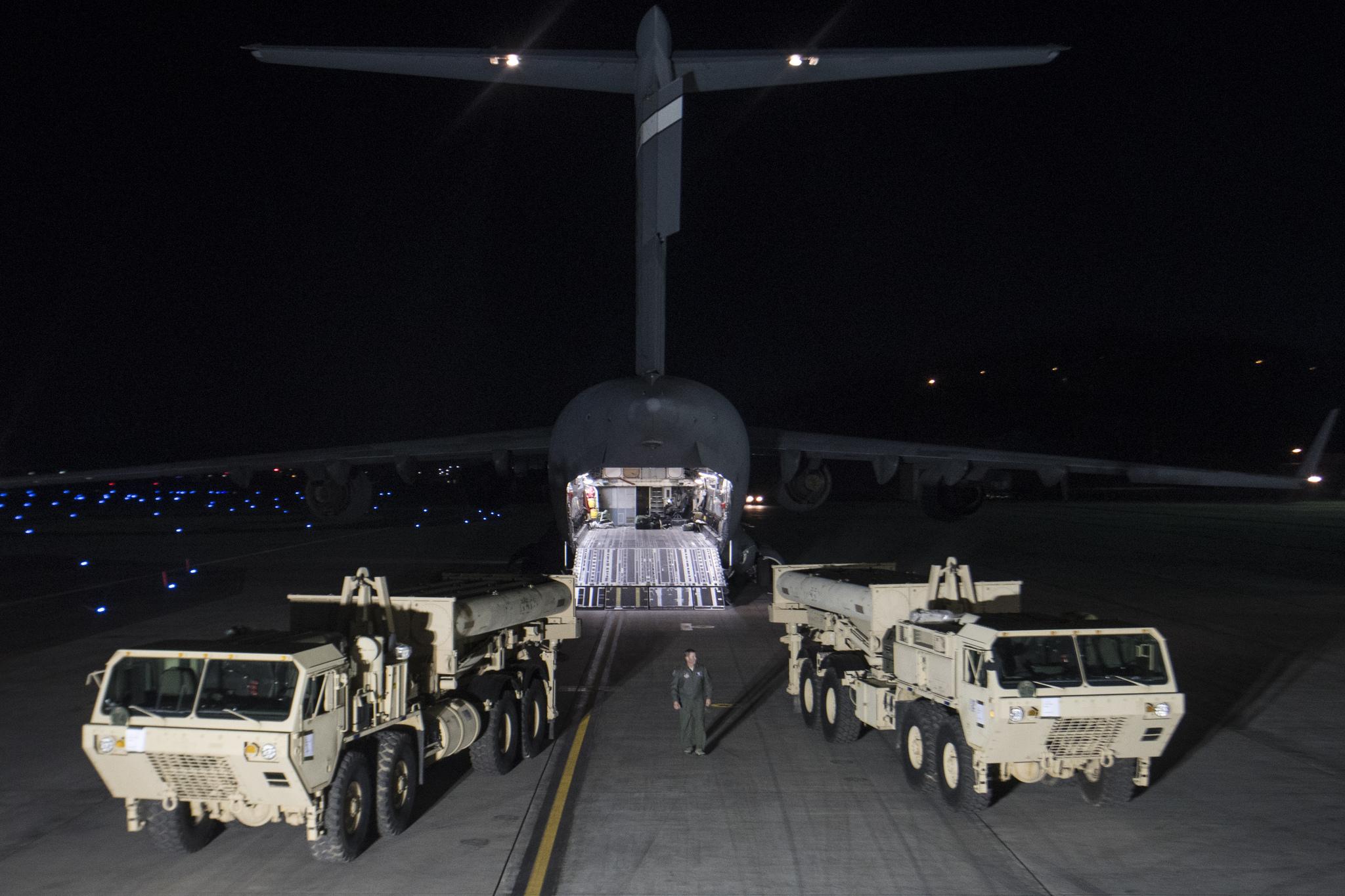 6일 저녁 오산기지에 도착한 C-17 수송기를 통해 사드 미사일 발사대가 도착했다. [사진 주한미군]