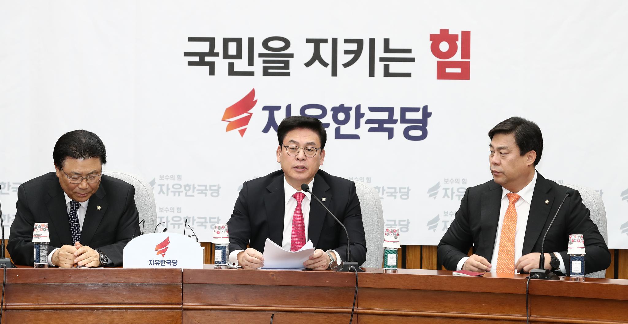 자유한국당 정우택 원내대표(가운데)가 지난 3일 국회에서 열린 원내대책회의에서 발언하고 있다. 김현동 기자