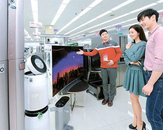 서울 마포구 LG전자 베스트샵 매장에서 고객들이 '감사 대축제' 품목을 보고 있다. [사진 LG전자]