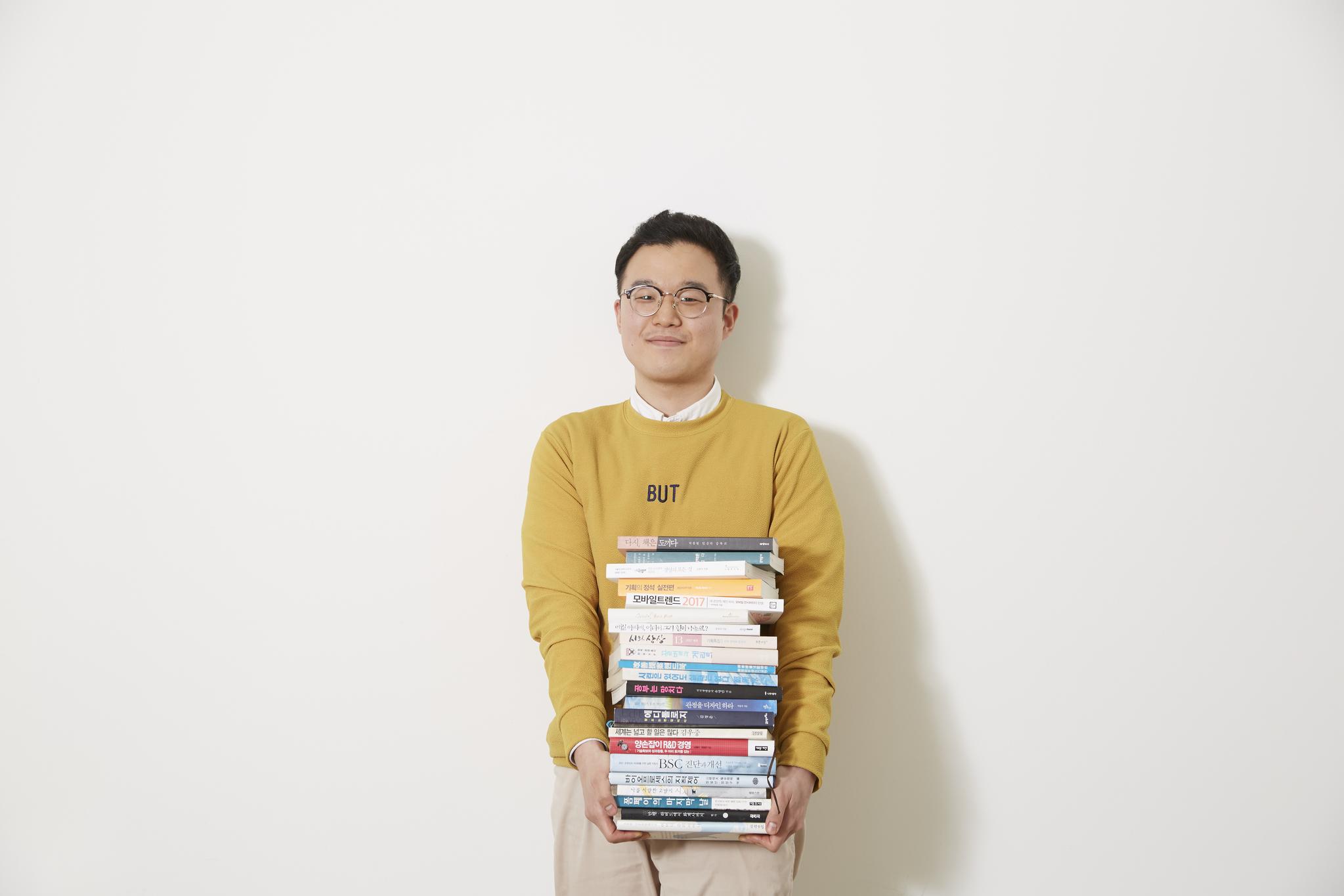 한국콜마의 사내 다독왕으로 선정된 박창희 연구원.[사진 한국콜마]
