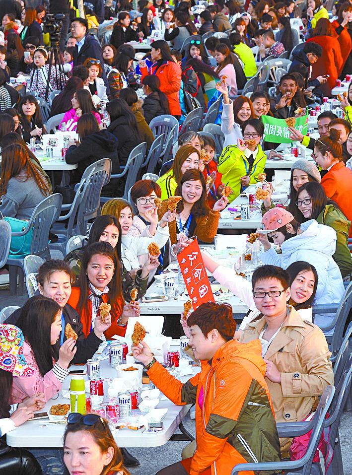 지난해 인천 월미도서 치맥 파티를 즐긴 중국 아오란 그룹 임직원. 이들은 당초 올해도 인천을 찾을 예정이었지만 중국의 한국 관광 금지령으로 방문 일정이 불확실하다. [중앙일보 DB]