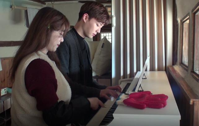 시골집에서 피아노를 함께 연주하는 부부. [사진 방송 캡처]나