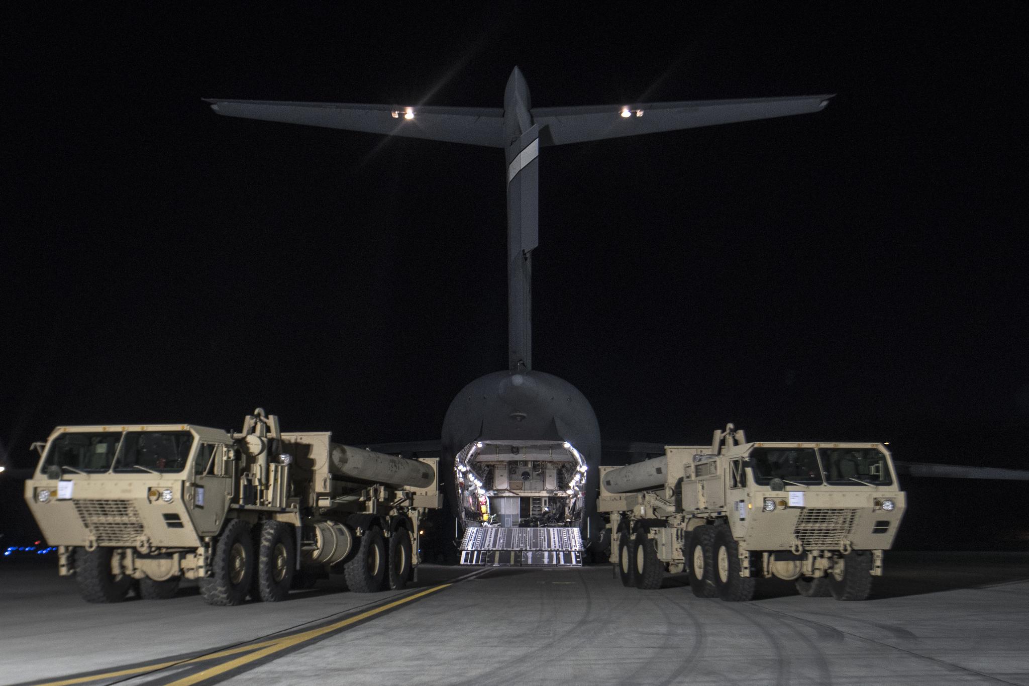 6일 오후 오산 미군공군 기지에 대형수송기 편으로 사드체계 일부가 도착하고 있다. [사진 주한미군]