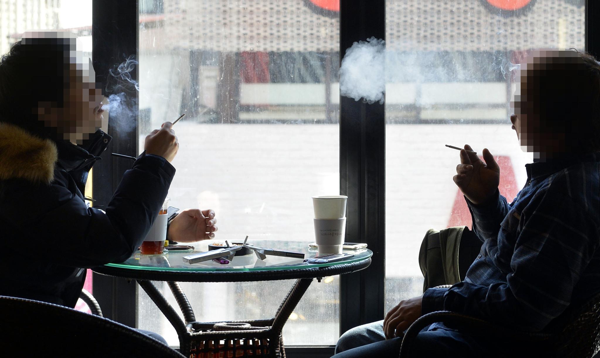 지난달 28일 대전시 서구 한 흡연카페에서 손님들이 담배를 피우며 이야기하고 있다. [대전=프리랜서 김성태]