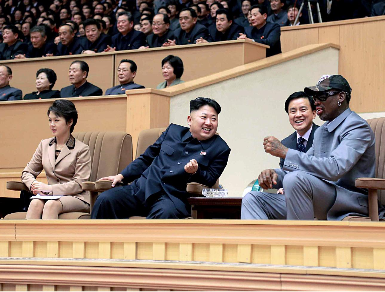 2014년 김정은 북한 국방위 제1위원장이 자신의 30회 생일인 1월 8일 평양체육관에서 미 프로농구협회(NBA) 출신 데니스 로드먼 일행과 북한 횃불팀의 농구경기를 관람하고 있다. [사진제공=노동신문]