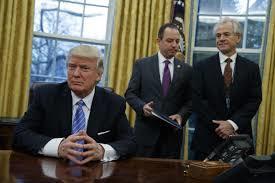 트럼프 행정부의 무역정책을 총괄하는 국가무역위원회(NTC)의 피터 나바로(가장 오른쪽) 위원장