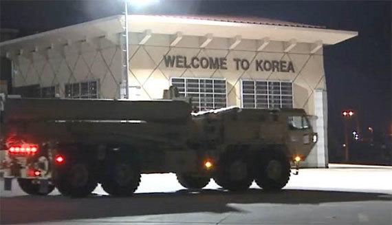 지난 6일 오산 미공군기지에 도착한 고고도미사일방어(THAAD·사드) 체계 일부. [사진 주한미군]