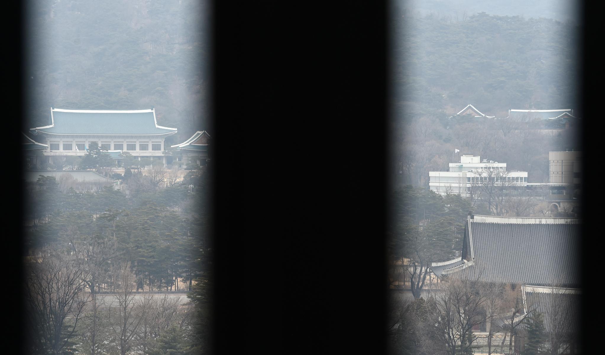 서울 세종로 정부서울청사에서 청와대 본관과 관저가 보이고 있다. [사진 중앙포토]