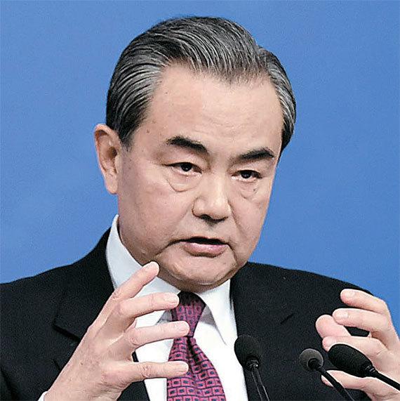 8일 중국 베이징에서 열린 기자회견에서 기자들의 질문에 답하고 있는 왕이 외교부장. [신화=뉴시스]