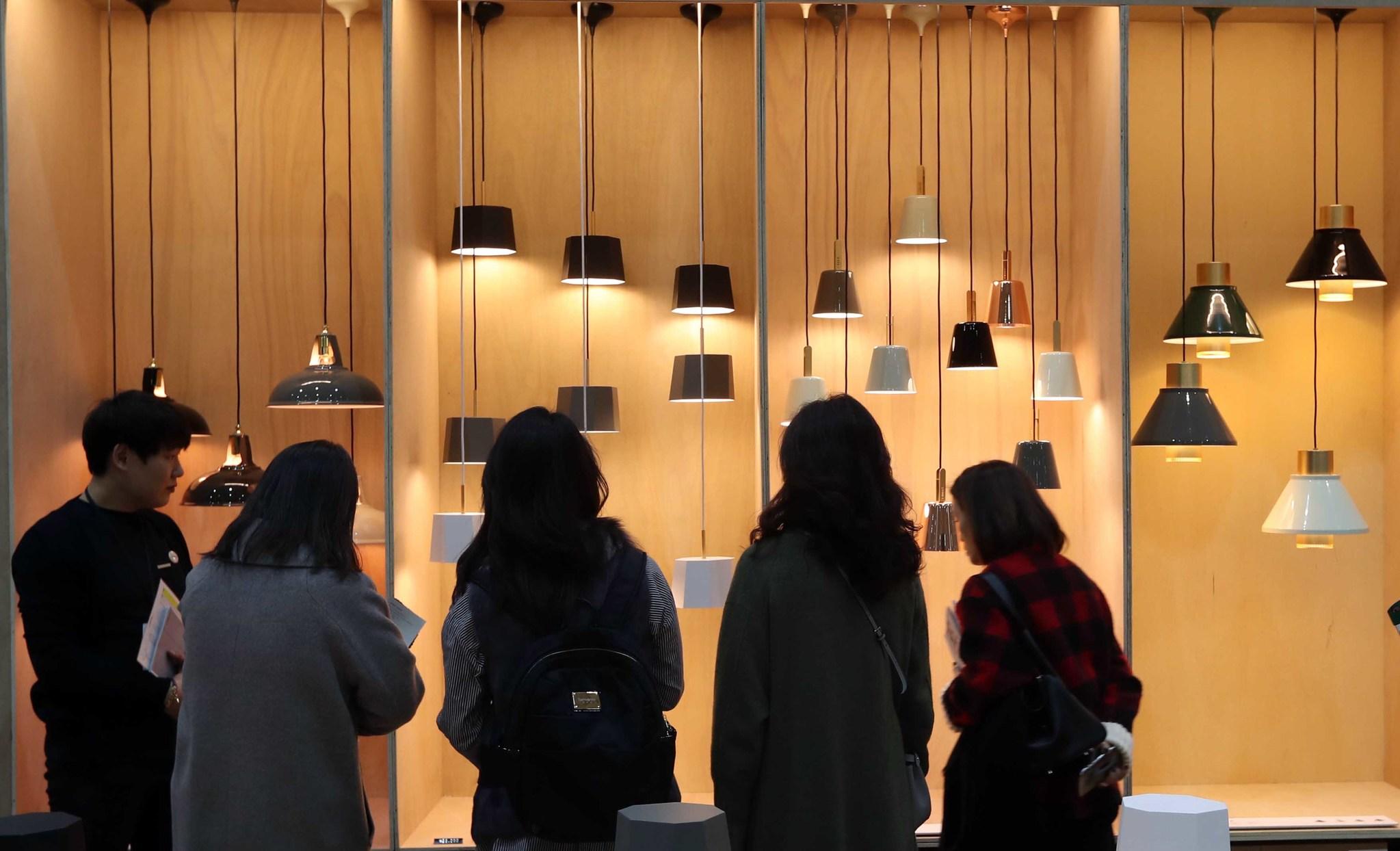 '2017 서울리빙디자인페어' 전시장을 찾은 관람객들이라이마스 조명관을 살펴보고 있다.김상선 기자