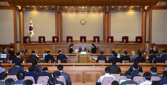 지난달 22일 오전 서울 종로구 재동 헌법재판소 대심판정에서 열린 박근혜 대통령 탄핵심판 제16차 변론에서 이정미 헌법재판소 권한대행이 변론을 진행하고 있다.