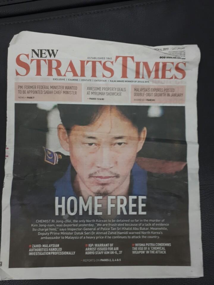 지난 3일 말레이시아 세팡경찰서에서 석방되는 이정철. 표정이 표독스럽다. 전수진 기자