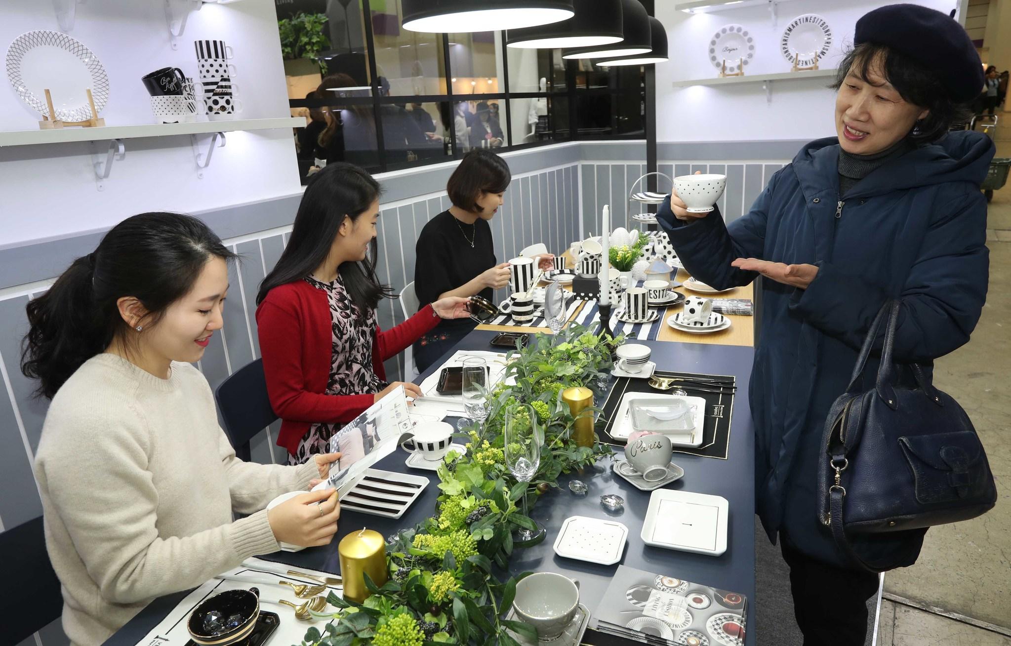 '2017 서울리빙디자인페어' 전시장을 찾은 관람객들이 마틴싯봉의 제품을 살펴보고있다. 김상선 기자
