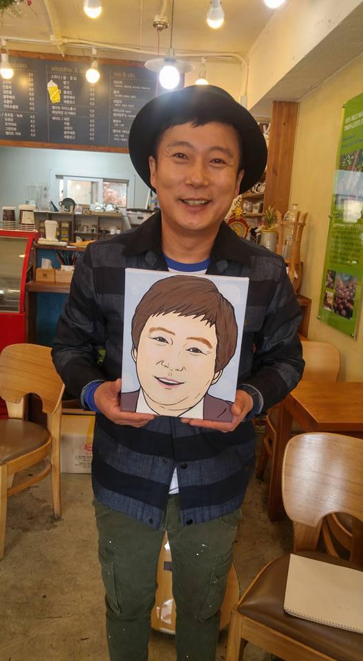 개그맨 이수근이 최윤정 경장이 그려 준 초상화를 들고 있다.