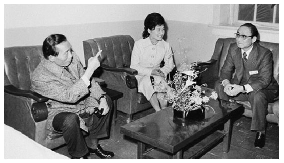 1976년 어느날 밤 박정희 당시 대통령이 대한구국선교단의 야간진료센터를 찾아가 최태민 선교단 총재(오른쪽)와 대화를 나누고 있다. 가운데는 당시 선교단 명예총재인 박근혜 대통령.  [중앙포토]
