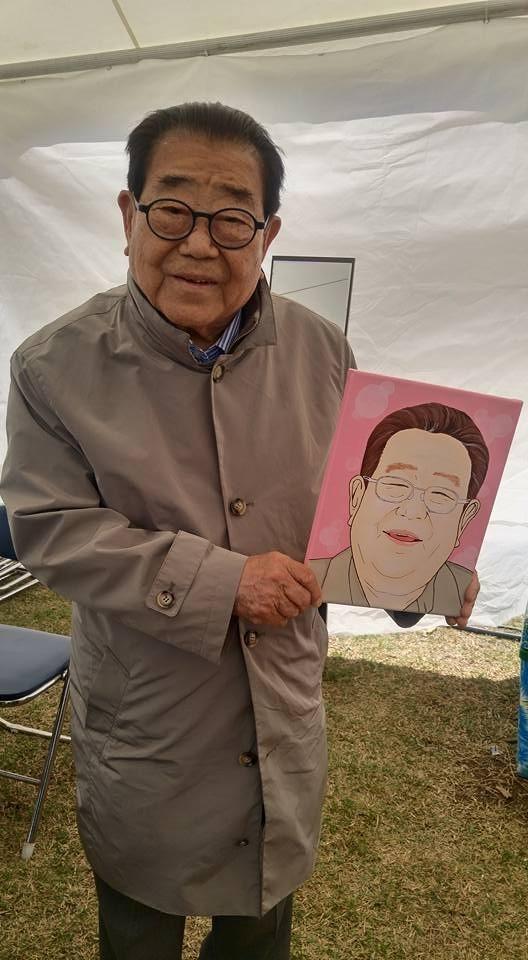 방송인 송해와 그의 초상화.