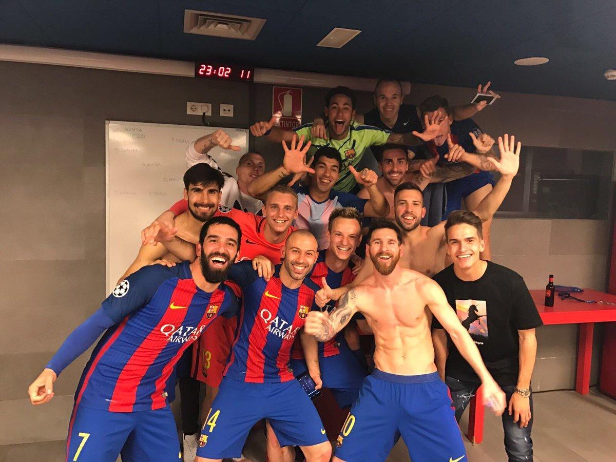 파리 생제르맹을 누르고 챔피언스리그 8강에 오른 뒤 라커룸에서 사진을 찍은 바르셀로나 선수들.[FC 바르셀로나 트위터]