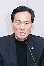 우상호 원내대표는 박근혜 대통령에게 헌재의 결정에 승복할 것을 요구했다. [중앙포토]