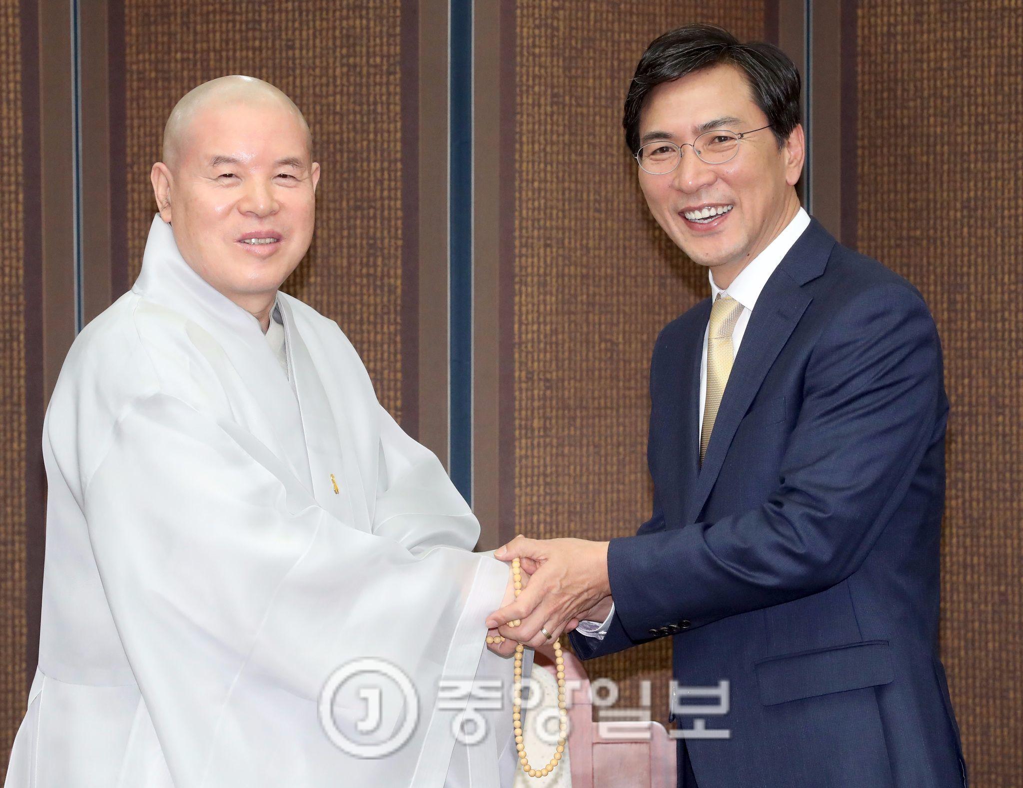 안희정 충남지사가 9일 서울 종로구 조계사에서 조계종 자승 총무원장을 예방해 인사하고 있다. [사진=최정동 기자]