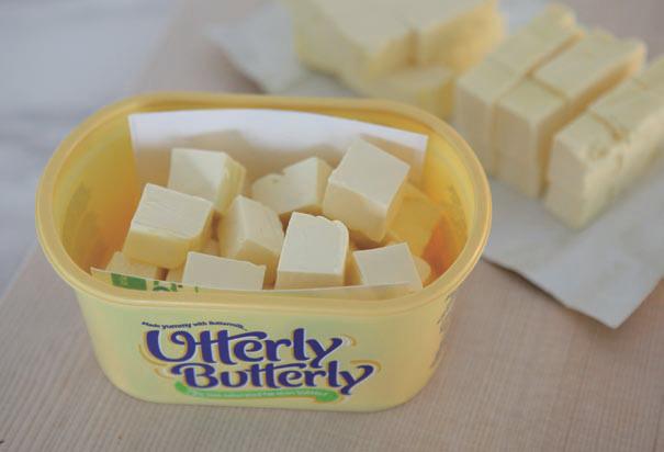 덩어리버터는말랑한상태에서칼로한번쓸분량만큼씩깍뚝썰기해냉동실에보관한다. 이때 전분가루나 밀가루를 1작은스푼 넣어 흔들어주면 버터끼리 달라붙지 않는다. [사진 '3배속 살림법']