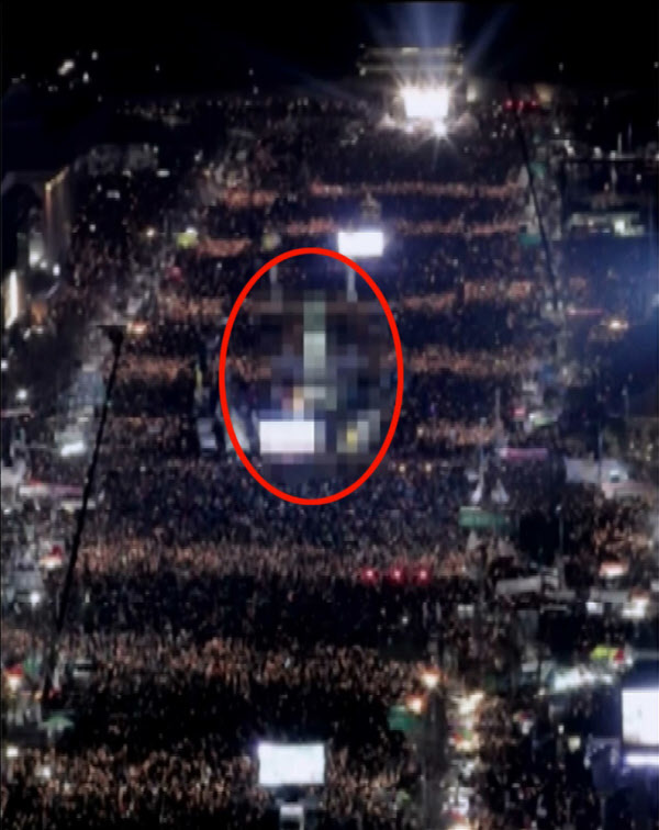 북한은 한국의 촛불집회 소식을 수차례 전하면서 서울의 고층건물 등을 모자이크 처리했다. [중앙포토]
