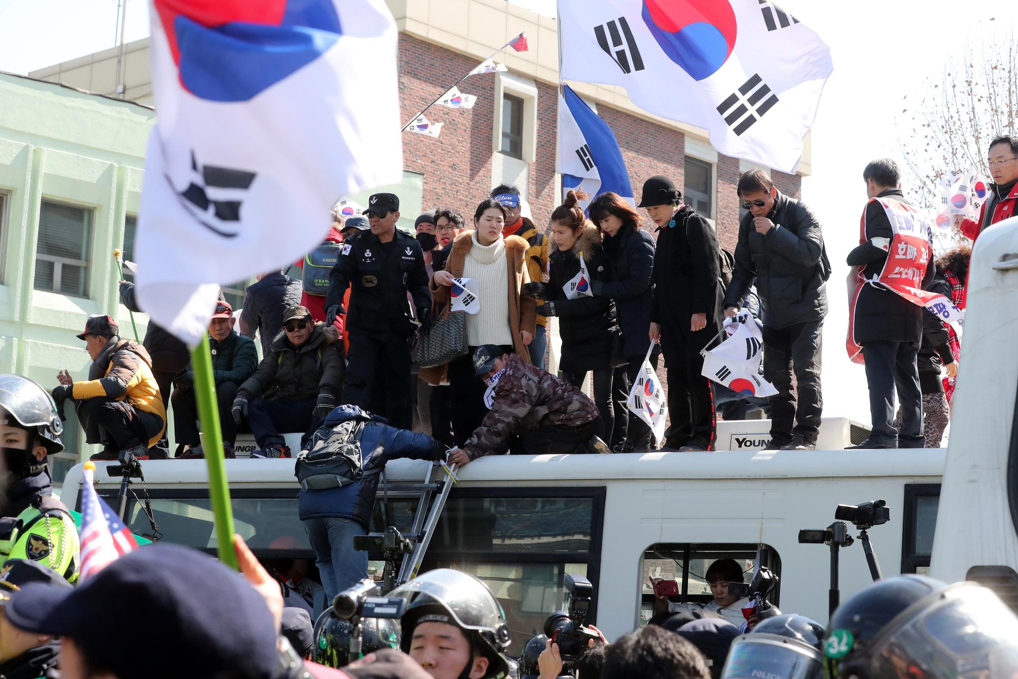 10일 박근혜 전 대통령 파면 결정을 규탄하는 태극기집회 참가자들의 시위. 최정동 기자
