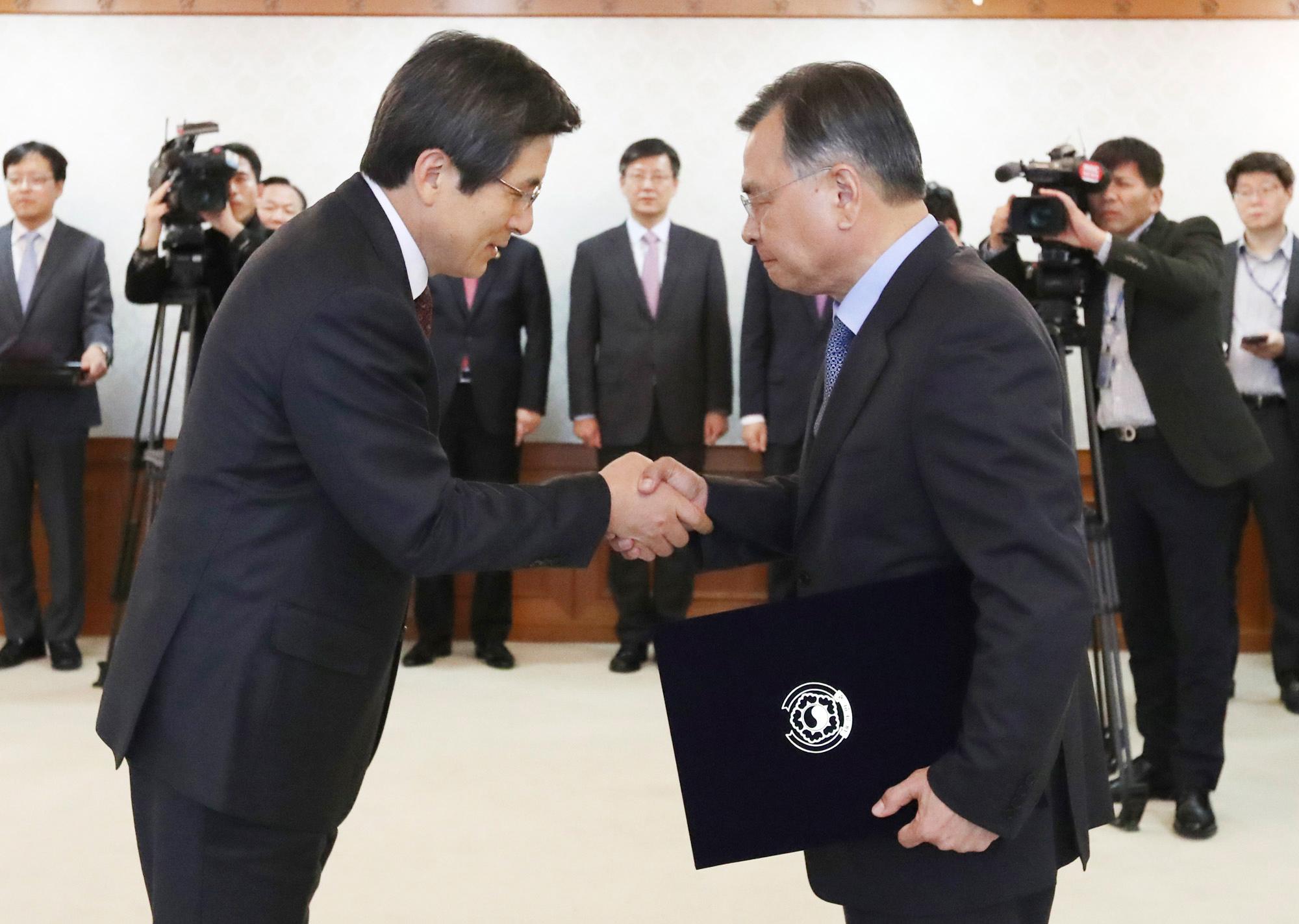 ▶2016년 12월1일 박영수 특검 임명장은 황교안 총리가 서울정부청사에서 수여했다.이날 박 전 대통령은 개인자격으로 대구서문시장 화재현장에 갔다