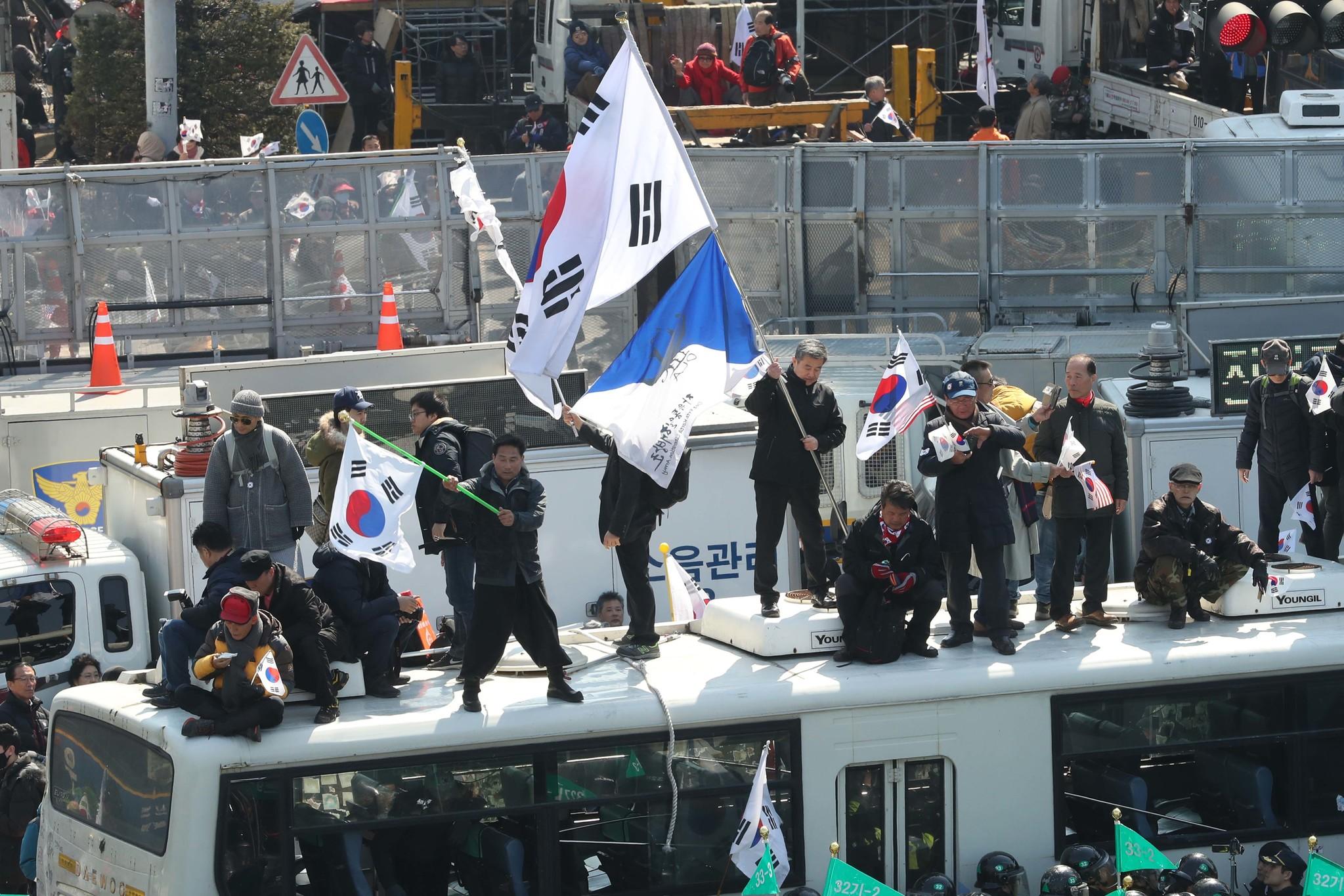 박근혜 대통령의 탄핵이 결정된 10일 오후 탄핵기각을 외치는 시위대가 헌법재판소 근처에서 경찰과 대치중이다. [사진 장진영 기자]