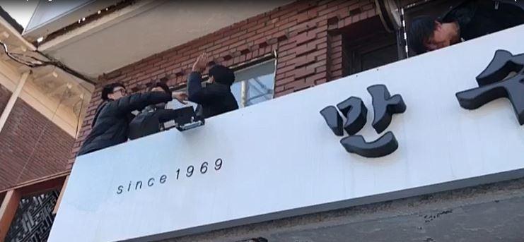 건물 위에 올라간 한 시민이 다른 시민을 폭행하고 있다. [사진 동영상 캡처]