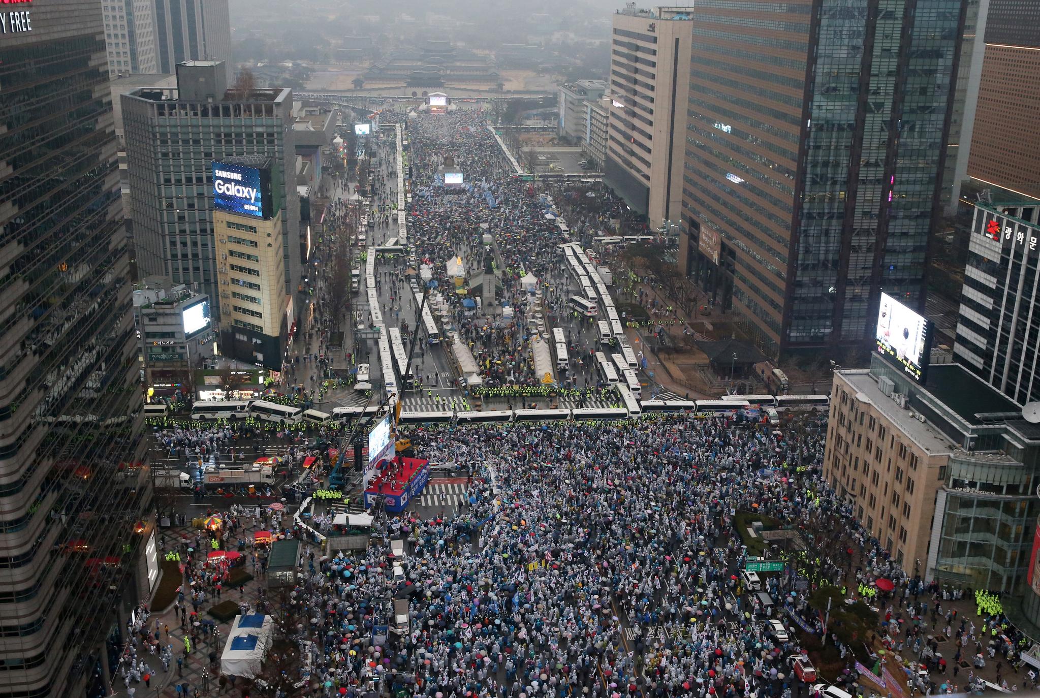 ▶2017년 3월1일 서울 세종로에서 경찰차벽을 사이에 두고 탄핵반대 태극기집회는 남쪽,탄핵찬성 촛불집회는 북쪽에서 세겨루기를 했다