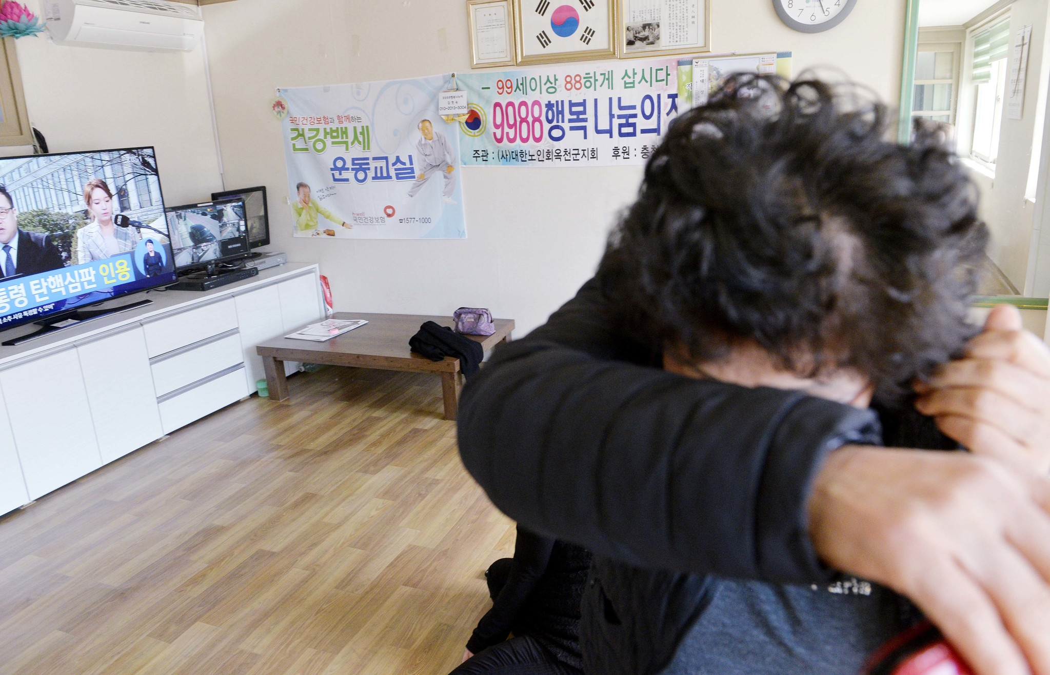 10일 오전 헌법재판소가 박근혜 대통령 탄핵심판 사건의 선고 재판에서 파면 결정을 내리자 TV를 보던 주민이 밖으로 나가고 있다. 옥천=프리랜서 김성태