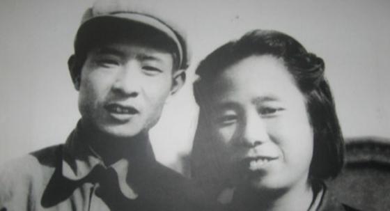1952년 스자좡(石家莊)에서 촬영한 후야오방(좌)과 리자오 사진 [사진=봉황망 캡처]