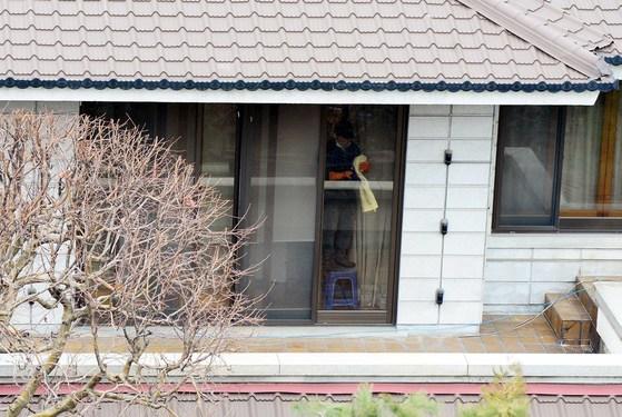 헌법재판소가 박근혜 전 대통령에 대한 파면을 결정한지 사흘째인 12일 오전 서울 강남구 삼성동 박 전 대통령 자택에서 청소업체 직원이 창문을 닦고 있다. 김상선 기자