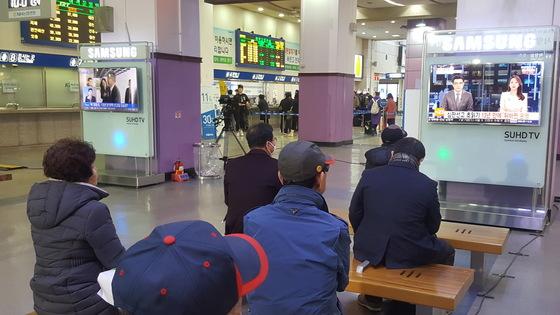 10일 오전 10시 30분쯤 동대구역 대합실에서 시민들이 박근혜 대통령 탄핵 선고 뉴스를 시청하고 있다.