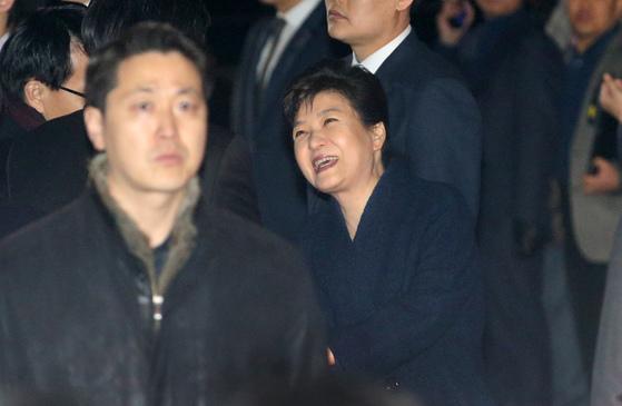 박근혜 전 대통령이 12일 서울 강남구 삼성동 사저로 들어서며 인사를 나누고 있다.