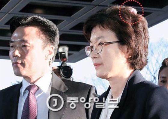 이정미 헌법재판소장 권한대행(오른쪽)이 10일 오전 헌법재판소로 출근하고 있다. 우상조 기자
