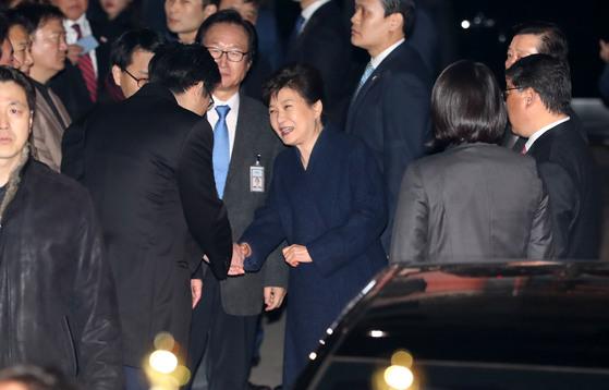 박근혜 전 대통령이 12일 오후 청와대를 떠나 서울 강남구 삼성동 사저에 도착하고 있다.