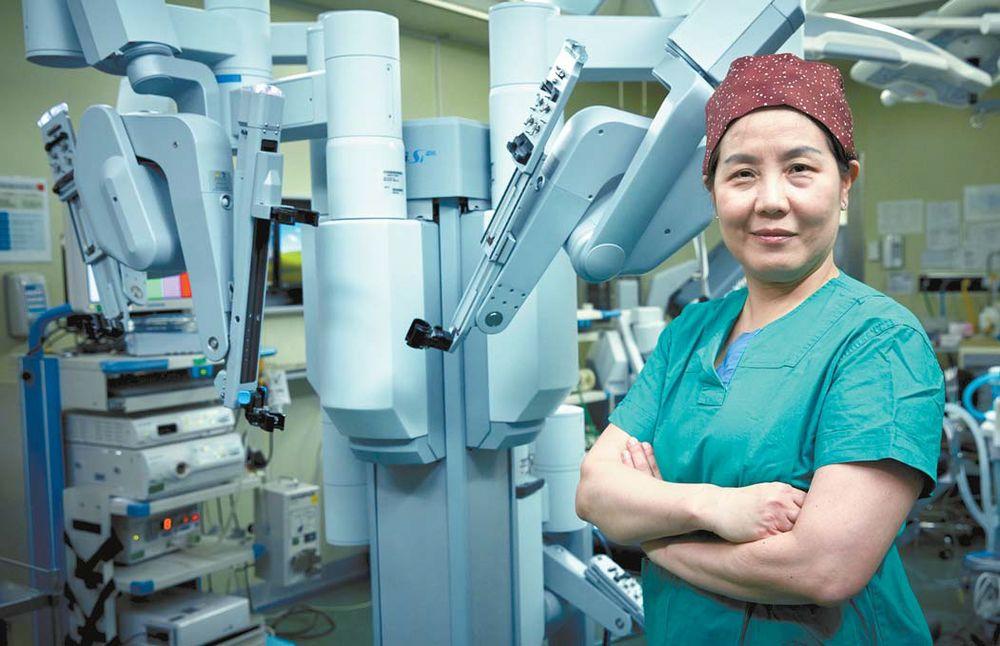 문혜성 교수가 수술용 로봇 앞에서 포즈를 취했다. 그는 로봇수술 중에서도 어려운 싱글사이트 수술 경험이 세계에서 가장 많은 권위자다. 프리랜서 조상희