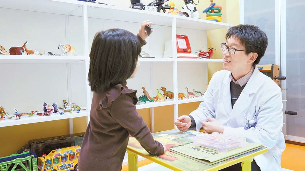 박상원 교수가 놀이치료실에서 여아의 정서 상태를 파악하고 있다. 틱장애는 증상의 정도, 동반 질환 등을 철저히 평가한 후 치료를 시작한다. 프리랜서 장석준