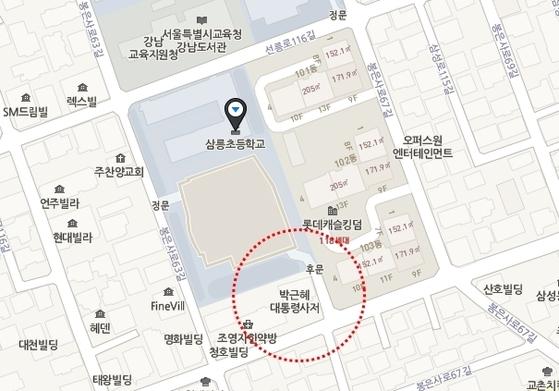 박근혜 전 대통령의 자택은 삼릉초등학교 후문과 맞붙어있다.