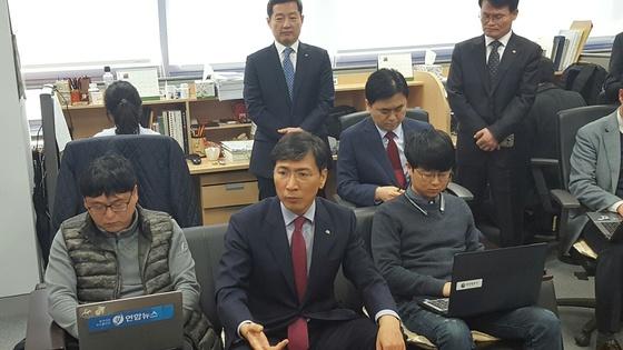안희정 충남지사(앞줄 가운데)가 민주당 경선일정에 본격적으로 참여하겠다는 내용의 기자회견을 하고 있다. 홍성=신진호 기자