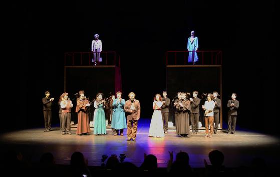연극 '카라마조프가의 형제들'은 11, 18일만 빼고 1부와 2부를 날마다 공연했고, 티켓도 따로 판매했다. 그래서 1부가 끝나고 배우들이 무대에 나와 인사를 했다.