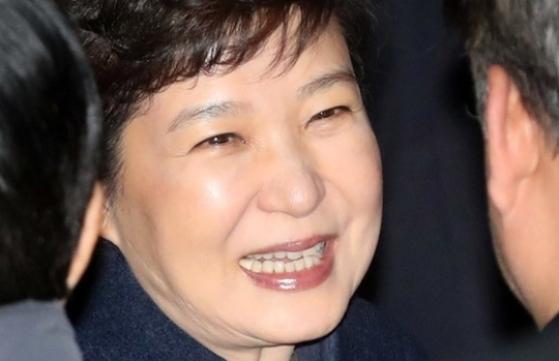박근혜 전 대통령이 12일 오후 청와대를 나와 삼성동 사저로 돌아 왔다. [사진 강정현 기자]