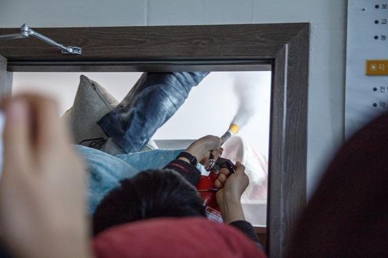 153일간 이어진 서울대생들의 본관 점거는 결국 학교와 학생 간의 물리적 충돌이 벌어진 뒤에야 마무리됐다. 학생들은 본관 건물 문을 부순 뒤 소화기를 수차례 분사했다.[사진 대학신문]