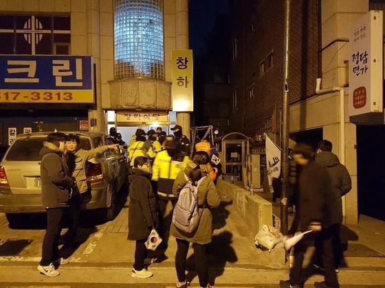 박 전 대통령 자택 앞에서 밤샘 농성을 벌이는 지지자들. 여성국 기자