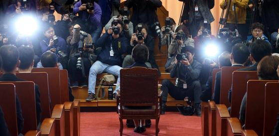 사진기자들의 플래시는 이정미 헌법재판소장 권한대행의 일거수 일투족에 어김 없이반응했다. 박종근 기자