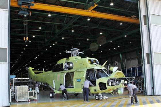 9일 경남 사천 한국항공우주산업(KAI) 본사 공장에서 직원들이 제주도소방안전본부와 계약한 수리온(8 t 상당의 중대형 헬기) 기반 소방헬기를 제작하고 있다. 올해 말 완성될 제주 소방 헬기는 기존 수리온에 비해 통통한 외형을 갖고 있다.[사진 KAI]