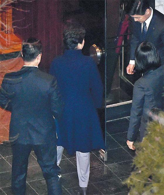 박근혜 전 대통령이 12일 오후 청와대를 나와 서울 삼성동 사저로 들어가고 있다. [사진공동취재단]
