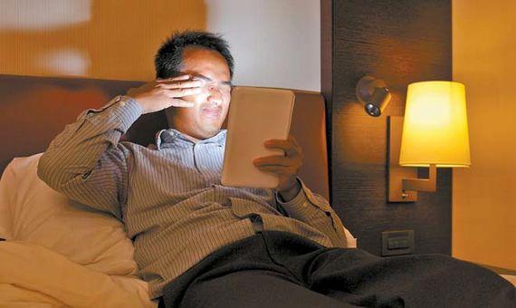 스마트폰의 블루라이트는 눈을 자극한다. 루테인이 부족하면 황반변성이 생길 수 있다.
