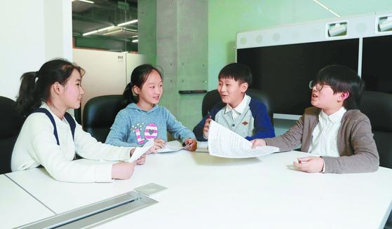 또래 친구들을 취재한 뒤 십대 남녀를 대표해 속마음을 터놓은 김송아린·김태린·박준혁·박진솔(왼쪽부터) 학생기자